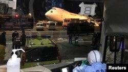 """在日本羽田国际机场上的一架美国准备接走""""钻石公主号""""游轮上美国公民的包机。(2020年2月17日)"""