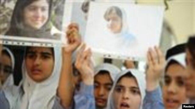 Các nữ sinh cầm ảnh của nữ sinh Malala Yousufzai, bị phe Talilban bắn tại Đại sứ quán Pakistan ở Abu Dhabi