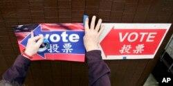 西雅图的选举检查人员把路标贴在墙上,告诉选民投票站在哪里(2008年)