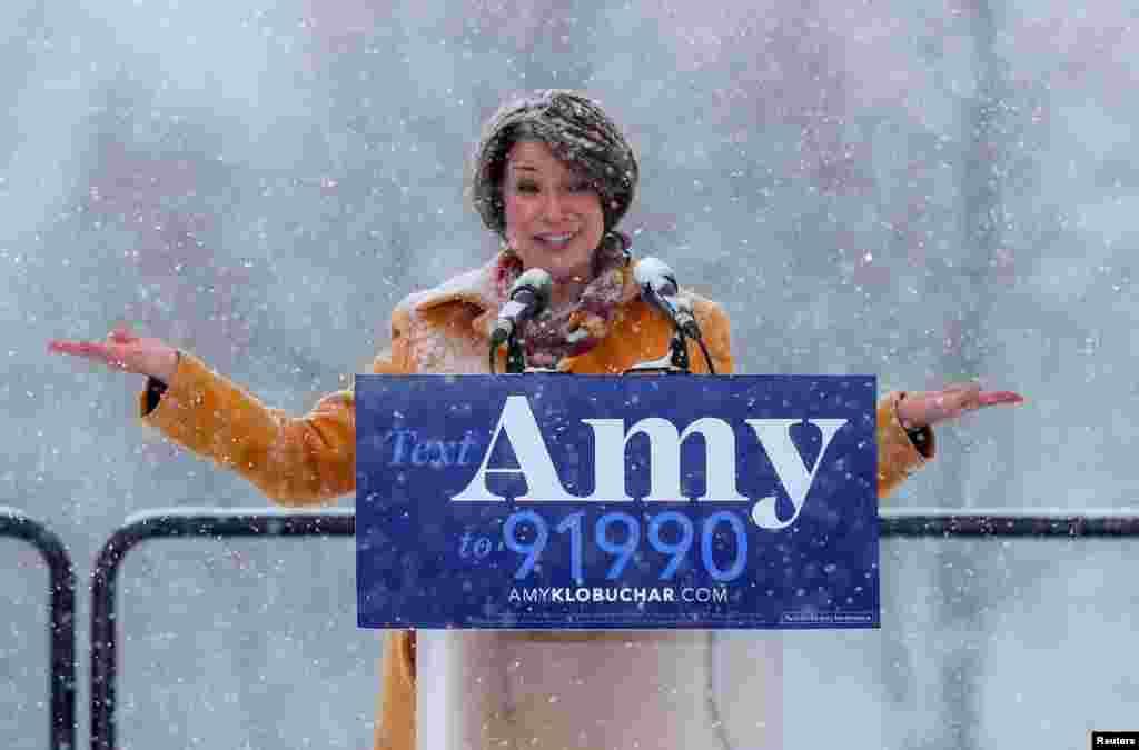 에이미 클로부처 미 연방 상원의원이 미네소타주 미니애폴리스에서 민주당 경선에 나선다고 공식 선언하고 있다.