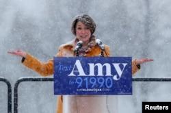 에이미 클로부처 미 연방 상원의원이 10일 미네소타주 미니애폴리스에서 민주당 경선에 나선다고 공식 선언했다.