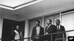 Kumbukumbu - Mchungaji Martin Luther King Jr. akiwa na viongozi wanaharakati wa haki za raia katika nyumba ya malazi Lorraine Motel in Memphis, Tenn., siku moja kabla ya kuuwawa katika eneo hilo hilo Aprili 3, 1968.