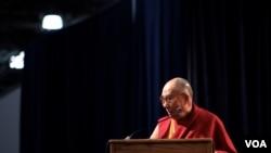 """达赖喇嘛:""""八旬老人的经验是幸福源自慈爱。"""" (美国之音赵江拍摄 )"""