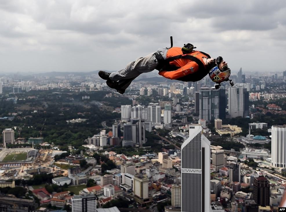 Beys paraşütçü Malayziyanın məşhur Kuala Lumpur Qülləsindən tullanır.