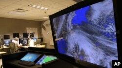 """Satelitski snimak uragana """"Sendi"""" na kompjuterskom ekranu u Nacionalnom centru za praćenje uragana u Majamiju"""