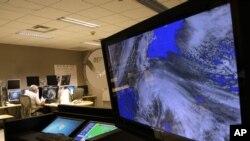 Miami'deki Ulusal Kasırga Merkezinde Sandy'nin uydu görüntüleri bilgisayar ekranında izlenirken