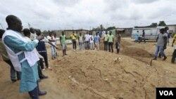 Kuburan massal di Yopougon, Abidjan bagian barat, Pantai Gading.