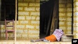 Seorang penderita ebola terlihat di depan rumahnya di Port Loko dekat Freetown, Sierra Leone (foto:dok).