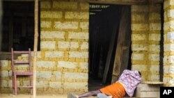 Một người đàn ông nhiễm virus Ebola bên ngoài một ngôi nhà ở Sierra Leone.