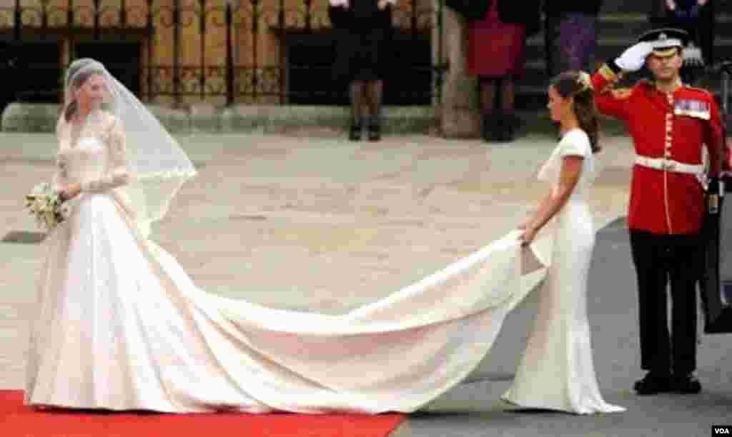 Kate Middleton sa mlađom sestrom Philippom na Zapadnom ulazu u Westminster Abbey.
