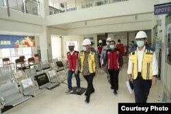 Menteri PUPR Basoeki Hadimolejono meninjau proses pembangunan unit khusus corona di RSA UGM, 29 April 2020. (Foto: Humas UGM)