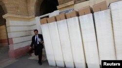 Hàng dài những thùng phiếu tại một tòa án Karachi trước khi được chở đến những địa điểm bầu cử, ngày 8/5/2013.