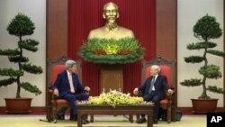 جان کری وزیر خارجه ایالات متحده حین ملاقات با منشی عمومی حزب کمونیست ویتنام