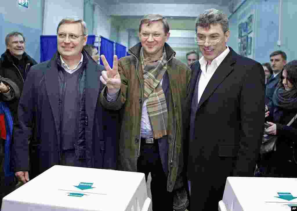 俄罗斯反对党领导人帕纳斯•米哈伊尔•卡西亚诺夫(左),弗拉基米尔•雷日科夫(中)和鲍里斯•涅姆佐夫(右)12月4号离开莫斯科一个投票站。(AP)