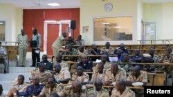 Des experts militaires discutant la crise malienne à Bamako en octobre 2012