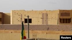 Des balles ont été vues sur les murs du commissariat de police à Goa, Mali, le 11 août 2015.