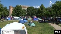 Izbjeglice i migranti raširili šatore u parku preko puta Vijećnice, Sarajevo
