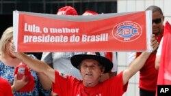 Un manifestant porte une banderole favorable à Lula, Sao Paulo, le 13 mars 2016