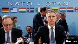 옌스 슈톨텐베르크 나토 사무총장(오른쪽)이 지난 14일 벨기에 브뤼셀에서 나토 국방장관 회의를 주재하고 있다. (자료사진)
