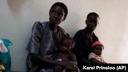 Foto yang diambil pada 30 Oktober 2009 menunjukkan seorang ibu dengan anak-anaknya yang menderita malaria menunggu giliran untuk mendapatkan vaksin baru di Walter Reed Project Research Center di Kisumu, Kenya barat. (Foto: dok.)