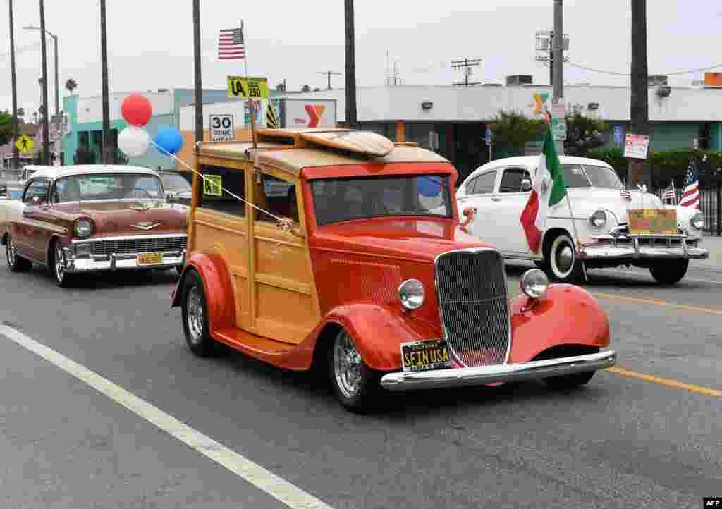 شرکت اعضای اتحادیه های کارگری ایالت کالیفرنیا به همراه خانواده هایشان با خودروهای کلاسیک در رژه و راهپیمایی سالانه روز کارگر در ایالات متحده آمریکا.