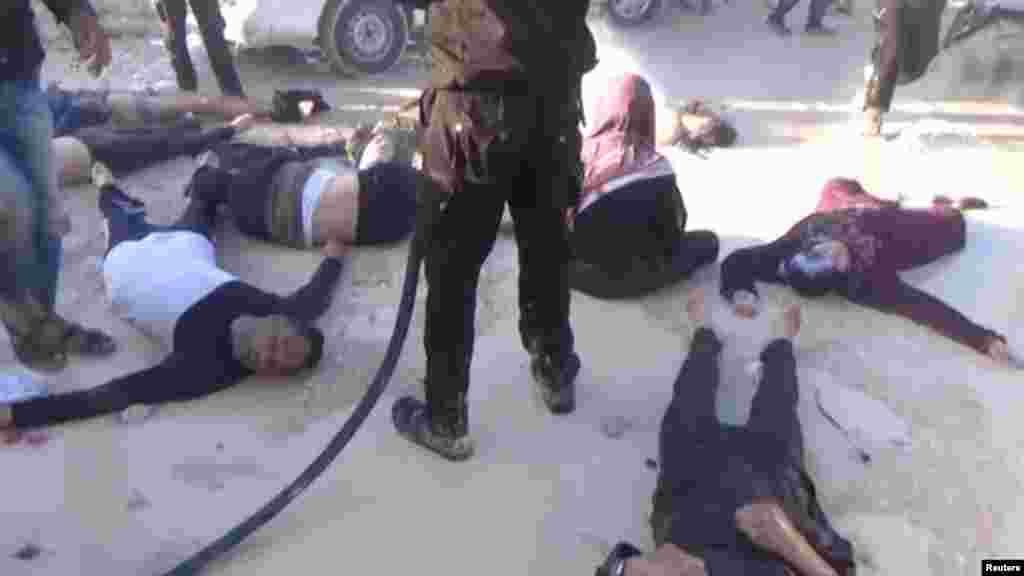 Des gens allongés sur le sol, à Khan Sheikhoun, après une attaque présumée chimiqueen Syrie, le 4 avril 2017.