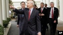 John Koskinen sale de la Casa Blanca tras una reunión en 2009 con el presidente Barack Obama.