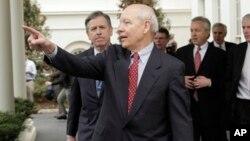 Mantan CEO Freddie Mac, John Koskinen (depan) akan menduduki posisi sebagai Kepala Dinas Pajak (IRS) yang baru (foto: dok).