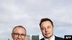 Perdana Menteri Australia Selatan Jay Weatherill (kiri) bersama CEO Tesla Motors Elon Musk (kanan) di Adelaide. AFP photo /South Australia Department of Premier and Cabinet.