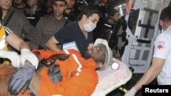 Un minero herido es cargado hasta una ambulancia en la mina de carbón de Soma, al sur de Estambul.