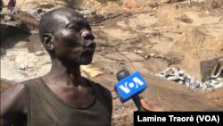 Jean-Baptiste Guibila travaille dans cette carrière depuis l'an 2000, à Ouagadougou, au Burkina Faso, le 24 décembre 2018. (VOA/Lamine Traoré)