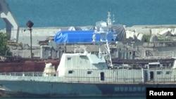 ARSIP – Gambar dari cuplikan video menunjukkan terpal biru yang menutupi perlengkapan di pelabuhan Feodosia, Krimea, 11 Juli 2017 (foto: REUTERS/Staff/Arsip)