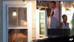 El presidente Obama y la Primera Dama salen de un café en Oak Bluffs, en la isla de Martha's Vineyard.