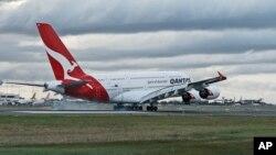 """悉尼机场的澳洲航空A380飞机。中国政府曾敦促美国航空、美联航和澳洲航空公司,要求他们承认""""台湾是中国的一部分"""",将台湾列为中国的省份。"""