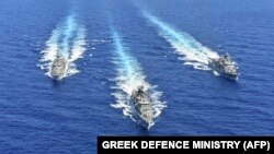 Yunan Donanması'na ait gemilerin yakalanan kişilerden biri tarafından fotoğraflarının çekildiği iddia ediliyor.