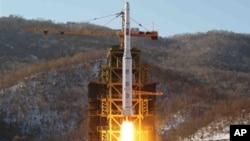 지난 12일 북한이 발사한 장거리 로켓. (자료사진)