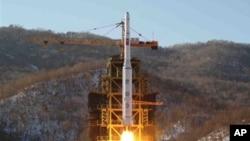 在這張2012年12月12日由朝鮮中央通訊社發佈的照片中,朝鮮的銀河-3號火箭升空