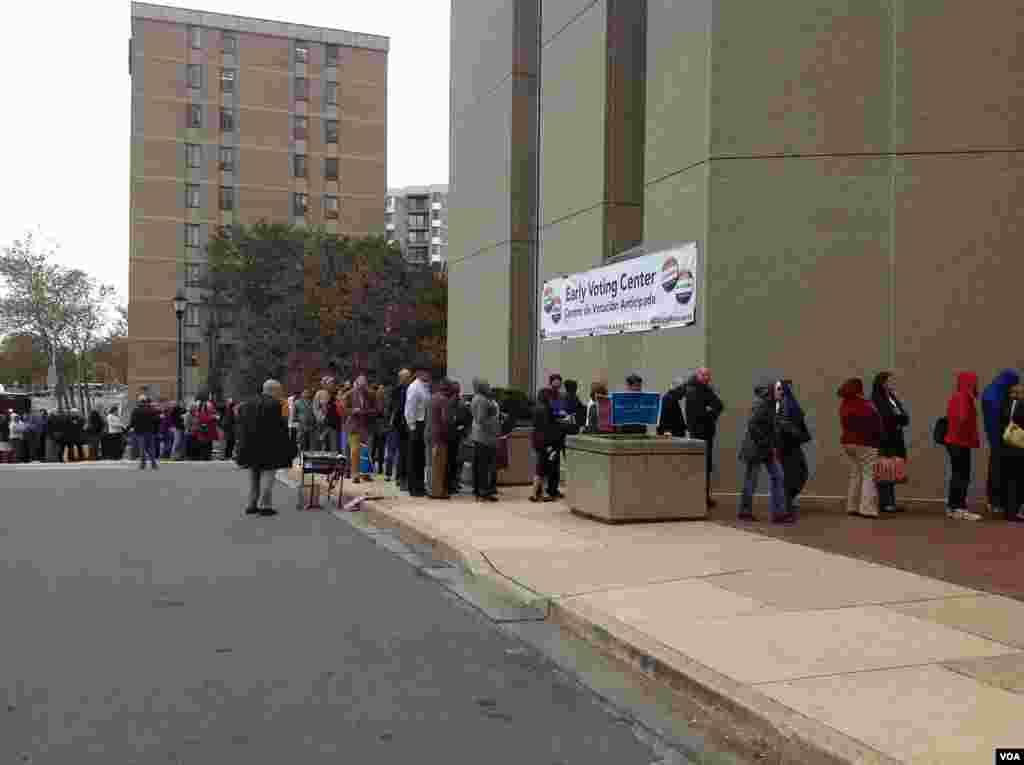 周日早晨很多选民在马里兰州洛克维尔市的提前投票中心排队投票