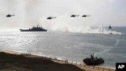 Kapal-kapal dan helikopter-helikopter angkatan laut Rusia dalam latihan militer di Laut Hitam, Krimia, 9 September 2016. (AP/Pavel Golovkin)