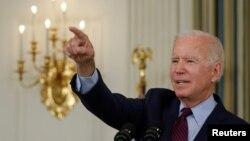 ប្រធានាធិបតីសហរដ្ឋអាមេរិកលោក Joe Biden ថ្លែងសុន្ទរកថាអំពីកម្រិតបំណុលអតិបរមារបស់អាមេរិកនៅក្នុងសេតវិមានកាលពីថ្ងៃទី៤ ខែតុលា ឆ្នាំ២០២១។ (Reuters)