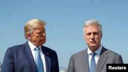 El presidente Donald Trump y el secretario de seguridad nacional Robert O'Brien, en el aeropuerto de Los Angeles, el 18 de septiembre de 2019. O'Brien defendió el la afirmación de Trump sobre una presunta amenaza a embajadas de EEUU por parte del general iraní Qassem Soleimani.
