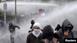 Проти протестувальників у Чилі застосували водомети. Фото 31 жовтня 2019 року
