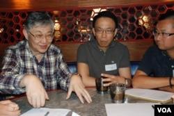 中原地產創辦人施永青(左一)以個人身份參加佔中金融界商討日,與參加者進行分組討論