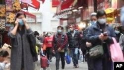 目前许多香港民众在公共场合都戴上了口罩自保