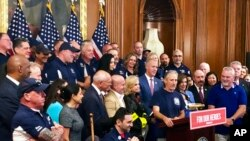 El activista Jon Stewart, habla en una conferencia de prensa en nombre de las víctimas y familiares del 11 de septiembre, el viernes 12 de julio de 2019, en el Capitolio de Washington.