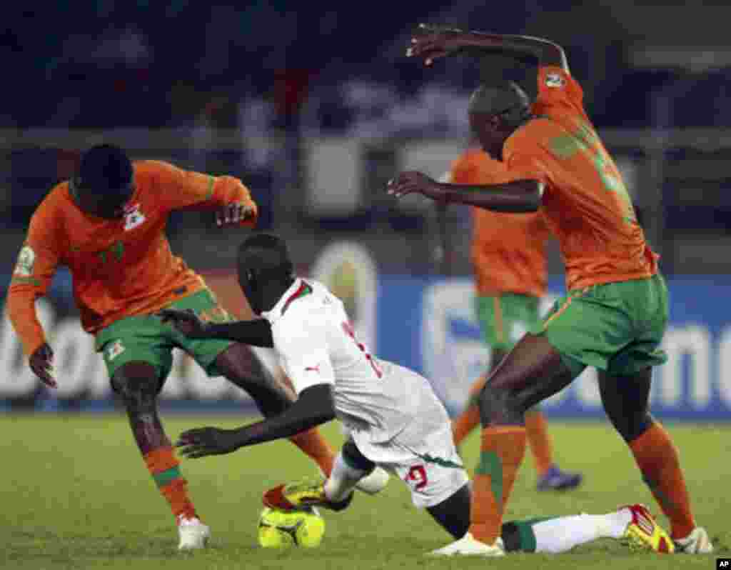 "Demba Ba (C) of Senegal fights for the ball with Sinkala Nathan (L) and Hijani Himoonde of Zambia during the African Nations Cup soccer tournament in Estadio de Bata ""Bata Stadium"", in Bata January 21, 2012. REUTERS/Amr Abdallah Dalsh (EQUATORIAL GUINEA"