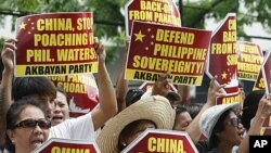 菲律宾与中国因为领土争执而关系紧张。图为菲国民众今年4月16日在中国驻菲律宾领馆外举牌抗议。