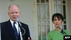 Ngoại trưởng Anh William Hague nói chuyện với các phóng viên báo chí sau cuộc họp với bà Aung San Suu Kyi, lãnh tụ đấu tranh cho dân chủ Miến Điện tại tư gia của bà ở Rangoon hôm 6/1/12
