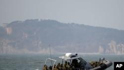 韩国海军快艇2月20日在结束演习后,在延坪岛以西的海域巡逻