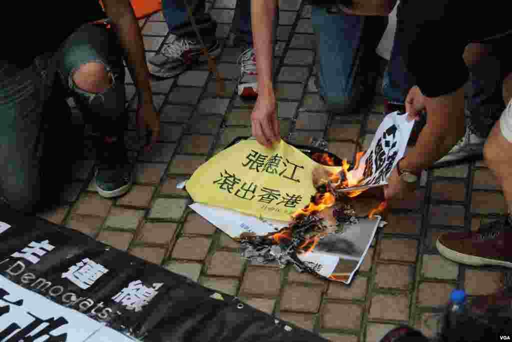 香港多个团体和政党游行示威要求张德江倾听港人民意(美国之音海彦拍摄)